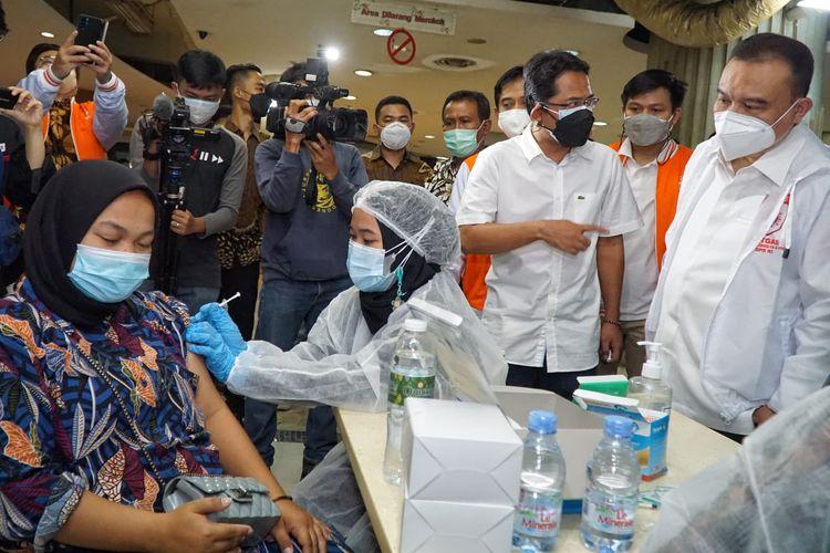 Wakil Ketua DPR Sufmi Dasco Ahmad saat meninjau vaksinasi pedagang di Pasar Tanah Abang, Jakarta, Jumat (30/7/2021).