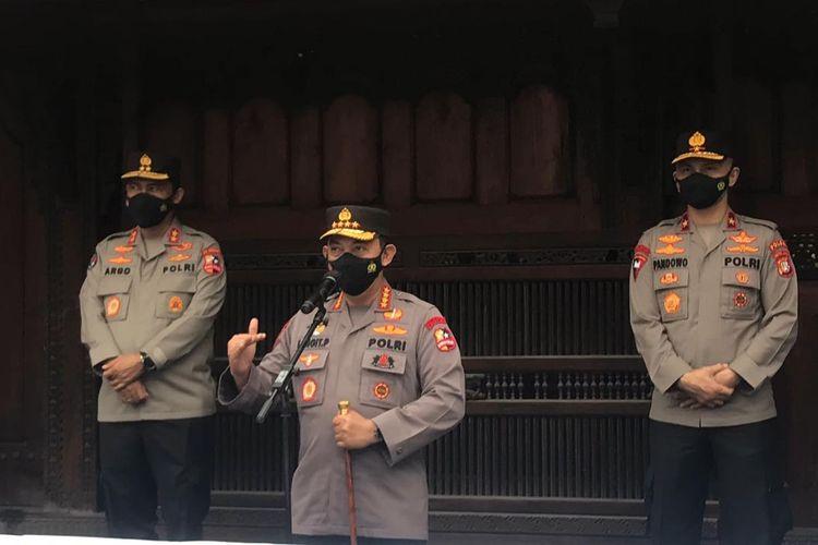 Kapolri Jenderal Pol Listyo Sigit Prabowo meninjau vaksinasi Covid-19 untuk 10.000 pekerja media di Sentra Vaksinasi Kompas Gramedia, di Bentara Budaya Jakarta, Palmerah Selatan, Jakarta Pusat pada Kamis (1/7/2021).