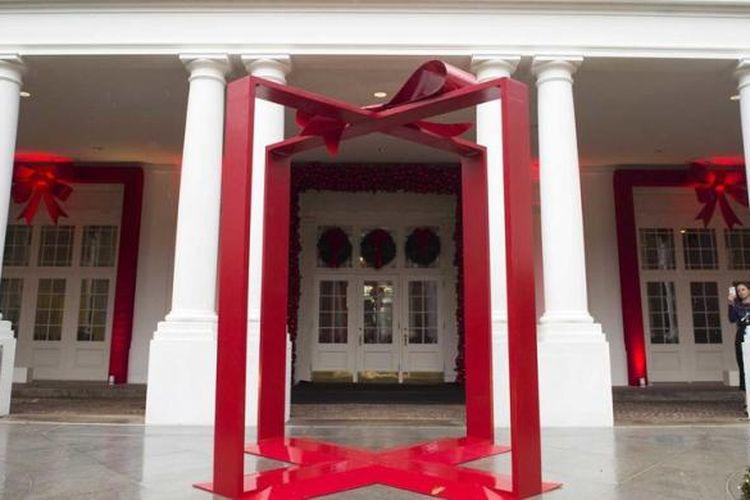 Dekorasi pita besar di pintu masuk Gedung Putih.