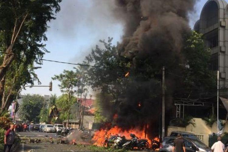 Foto berasal dari sumber Pemerintah Surabaya yang menunjukkan detik-detik setelah ledakan bom bunuh diri di Gereja Pantekosta di Surabaya (13 Mei 2018)