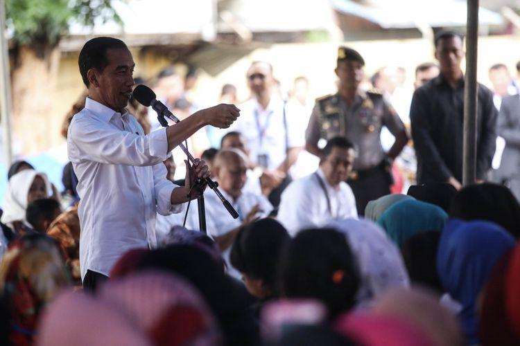 Presiden Joko Widodo memberikan pengarahan saat meninjau kegiatan Pemodalan Nasional Madani alias PNM di Lapangan Bola Perisma, Kelurahan Kalianyar, Kecamatan Tambora, Jakarta Barat, Rabu (8/1/2019). PNM yang akan ditinjau Presiden, yakni PNM Mekaar (Membina Ekonomi Keluarga Sejahtera). PNM Mekaar menekankan pada sisi membantu ibu-ibu prasejahtera menjadi sejahtera dengan cara memberi modal usaha dengan bantuan pelatihan serta pengembangan usahanya lewat bisnis usaha.