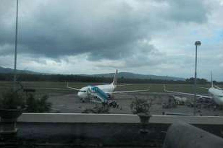 Pesawat Batik Air mendarat kembali di Bandara Pattimura, Ambon, Selasa (19/7/2016), setelah terbang beberapa menit dari bandara tersebut.
