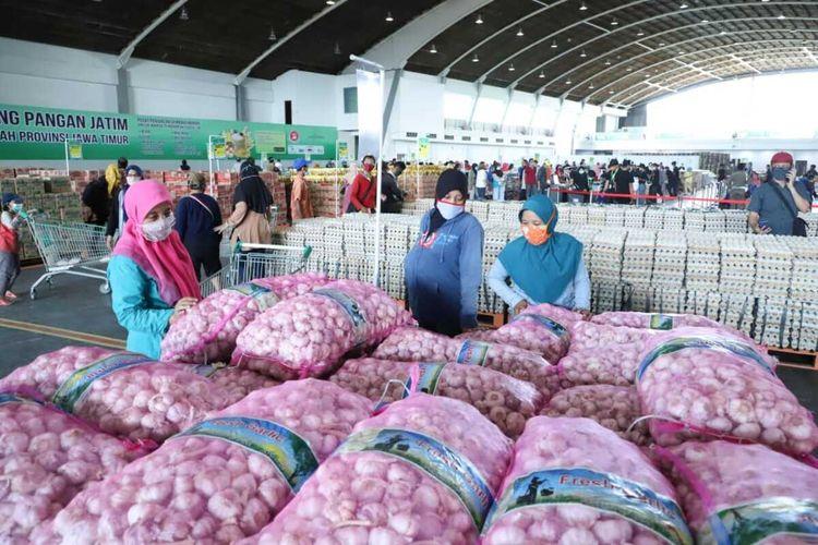 Pasar murah Lumbung Pangan Jatim di gedung Jatim Expo Jalan Ahmad Yani Surabaya.