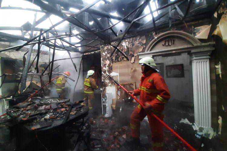 Sebuah rumah milik jenderal purnawirawan Polri di daerah Panglima Polim IV, Melawai, Kebayoran Baru, Jakarta Selatan terbakar pada Jumat (26/2/2021) pagi.