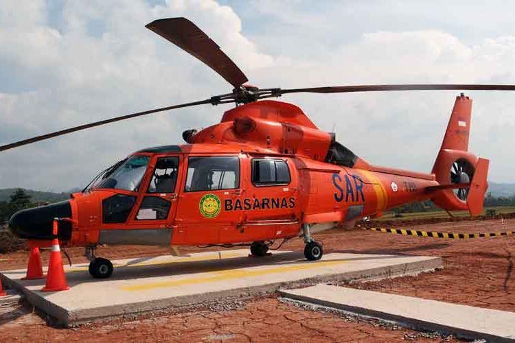 Helikopter Dauphin milik Basarnas Jawa Tengah siaga di pintu keluar Gringsing.
