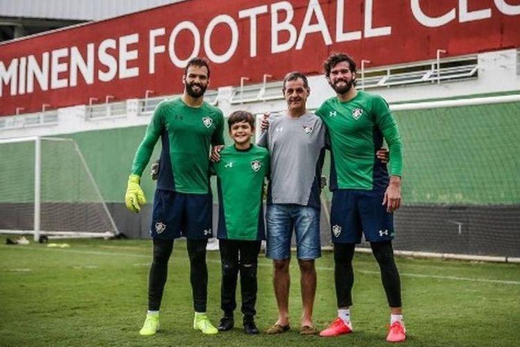 Kiper Liverpool, Alisson, bersama sang ayah, Jose; kakaknya, Muriel; serta sang adik, Jose, di lapangan latihan Fluminense.