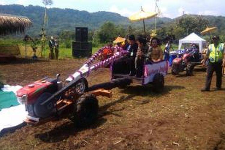 Pasangan pengantin saat usai diarak keliling kampung dengan traktor