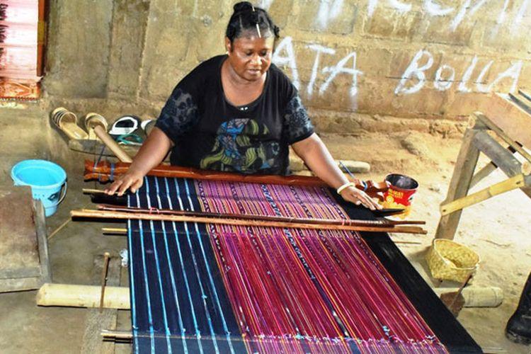 Mama Rosia Retnada Mianti sedang menenun kain tenun Tana Ai di desa Nangatobong, Kecamatan Waiblama, Kabupaten Sikka, NTT, Kamis (28/3/2019).