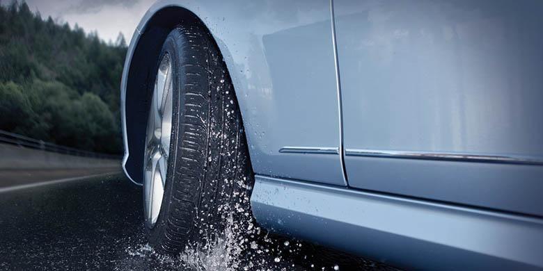 Kondisi hujan membuat ban berpotensi terkena hydroplaning