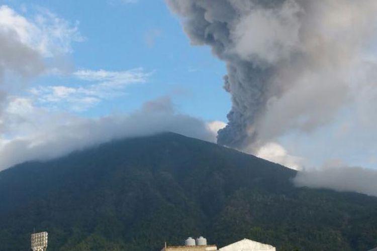 Semburan abu vulkanik Gunung Gamalama, Ternate Maluku Utara, Rabu (3/8/2016)