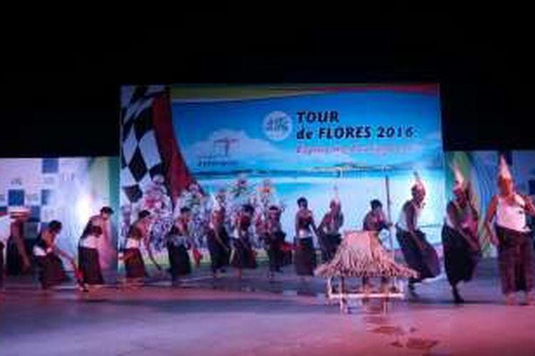 Pentas budaya sebelum pembukaan Tour de Flores di Larantuka, Nusa Tenggara Timur,  Selasa (19/6/2016)