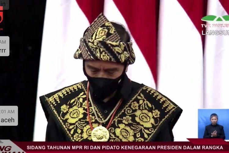 Presiden Joko Widodo terlihat mengenakan baju adat NTT saat menghadiri sidang tahunan MPR, Jumat (14/8/2020).