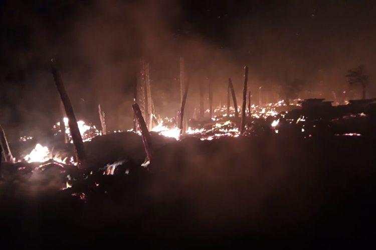 Kebakaran di Kampung Adat Situs Deke, Desa Patiala Bawah, Kecamatan Lamboya, Kabupaten Sumba Barat, NTT, Senin (10/8/2020) malam.