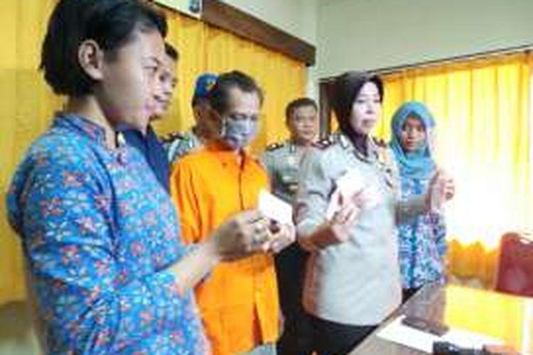Mucikari berinisial TS (50) (berbaju orange) ditangkap aparat Polsek Jagakarsa. Ia dituduh telah menjerumuskan 15 orang anak di bawa umur untuk melayani pria hidung belang.