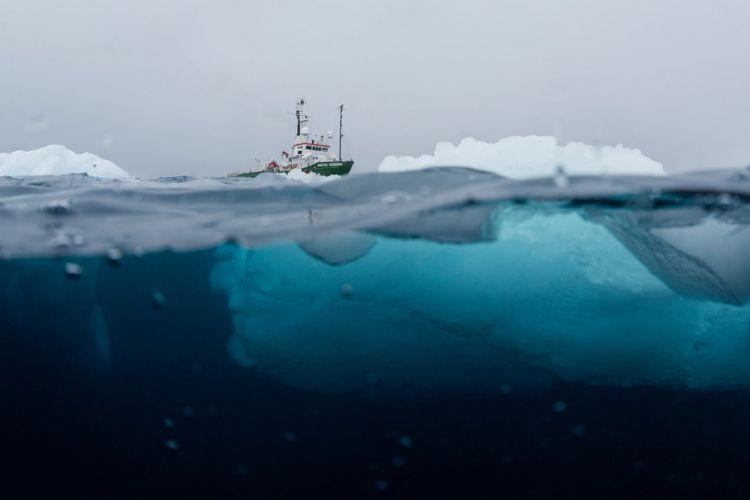 Kapal Arctic Sunrise yang digunakan para peneliti untuk mengumpulkan sampel di Antartika