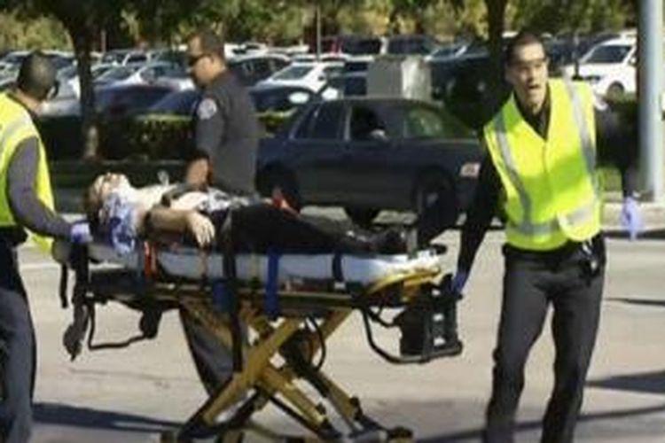 Rekaman televisi menunjukkan orang-orang dibawa dari lokasi kejadian.