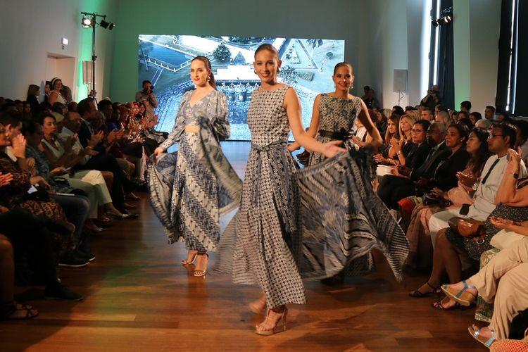 Perempuan model Portugis melenggak-lenggok cantik di atas catwalk dalam balutan busana batik. Pemandangan itu terlihat dalam acara Peragaan Busana Batik pada Festival Indonesia 2019 di Lisbon, Portugal, Minggu (15/9/2019).