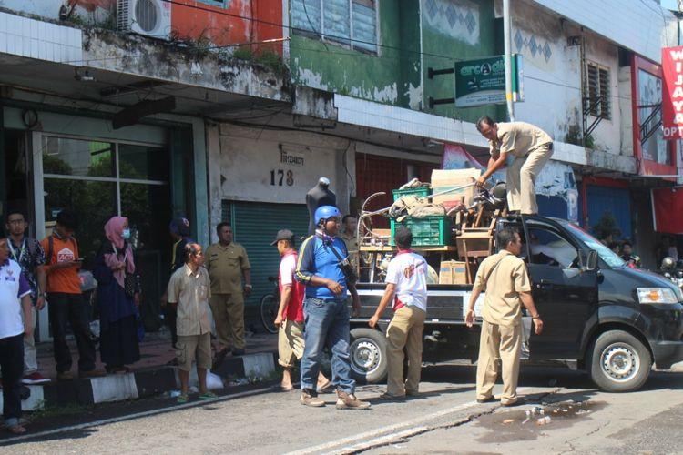 Sejumlah pengguna toko di pertokoan Jompo Jember sudah mengeluarkan barang-barang dagangannya khawatir terjadi bencana lanjutan