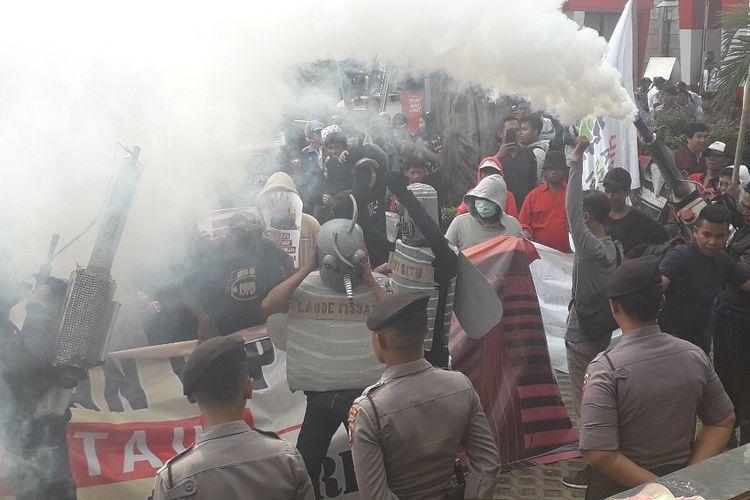 Demonstran menyemprotkan asap fogging saat berunjuk rasa di depan Gedung Merah Putih KPK, Jumat (20/9/2019).