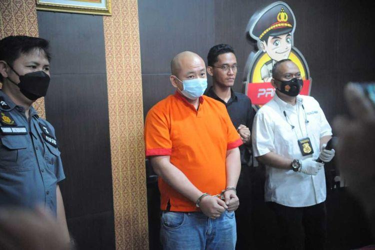 JT pelaku penganiayaan perawat insial CRS saat berada di Polrestabes Palembang, Sabtu (17/4/2021).