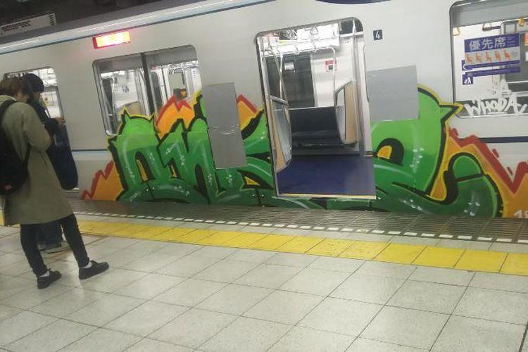 Salah satu gerbong kereta Tokyo Metro yang menjadi sasaran vandalisme grafiti tepat pada bagian pintu masuk gerbong.