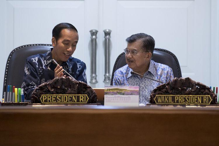 Presiden Joko Widodo (kiri) bersama Wakil Presiden Jusuf Kalla (kanan) memimpin rapat terbatas tentang ketersediaan anggaran dan pagu indikatif tahun 2020 di Kantor Presiden, Jakarta, Senin (22/4/2019). Pemerintah akan mengupayakan penganggaran dan alokasi APBN 2020 memberikan stimulus pada pertumbuhan ekonomi. ANTARA FOTO/Puspa Perwitasari/aww.