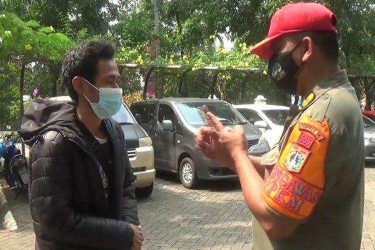 Satuan Polisi Pamong Praja (Satpol PP) Jakarta Timur menggelar razia masker di depan kantor Wali Kota Jakarta Timur, Cakung, Jakarta Timur, Selasa (3/8/2021).