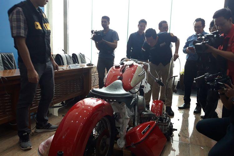 Direktorat Jenderal Bea dan Cukai (DJBC) Kementerian Keuangan menunjukkan kepada awak media onderdil atau suku cadang motor Harley Davidson dan sepeda Brompton ilegal yang diselundupkan di pesawat baru milik Maskapai Garuda Indonesia berjenis Airbus A330-900 NEO di Jakarta, Kamis (5/11/2019).