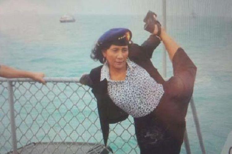 Menteri Kelautan dan Perikanan Susi Pudjiastuti melakukan peregangan sebelum menyaksikan penenggelaman kapal nelayan Thailand