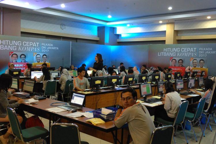 Suasana Pusat Data Hitung Cepat Litbang Kompas di gedung Kompas Gramedia Palmerah, Jakarta Pusat, Rabu (19/4/2017). Litbang Kompas kembali melaksanakan hitung cepat untuk Pilkada DKI Jakarta putaran kedua.