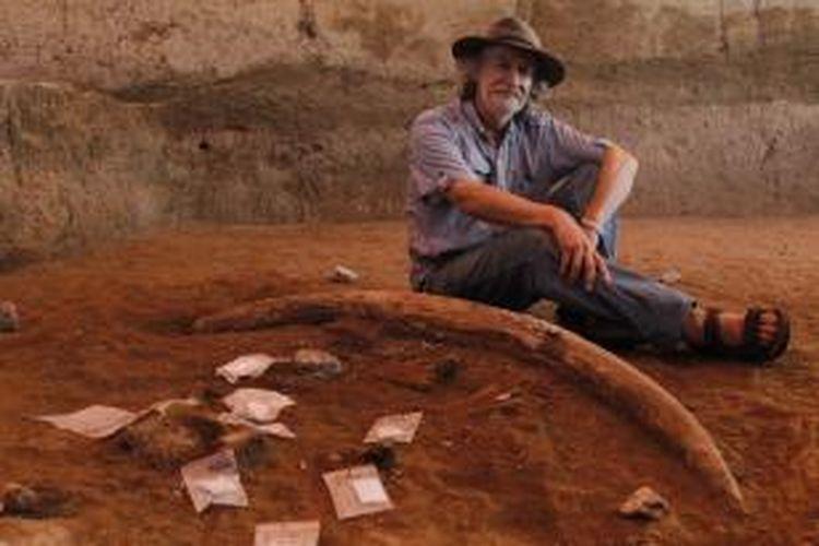 Profesor Mike Morwood, berpose di samping gading gajah purba stegodon di lokasi ekskavasi Lembah Soa atau Soa Basin, Mata Menge, Soa, Kabupaten Ngada, Flores, Nusa Tenggara Timur, Jumat (1/6/2012). Di lokasi ini ditemukan sejumlah fosil binatang purba dan ribuan fosil alat batu. Diperkirakan jutaan tahun lalu lokasi ini pernah terdapat peradaban manusia purba.