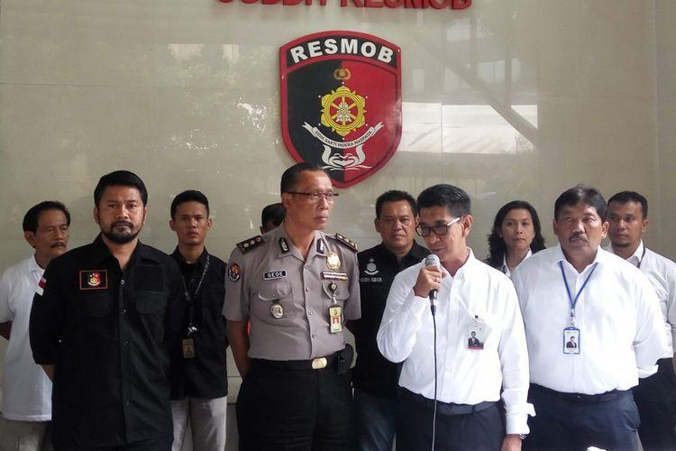 Polisi saat menggelar jumpa pers di Mapolda Metro Jaya, Kamis (12/10/2017) terkait kasus penipuan. Seorang pria bernama Dirman menipu belasan orang dengan mengaku sebagai sebagai petugas PLN.