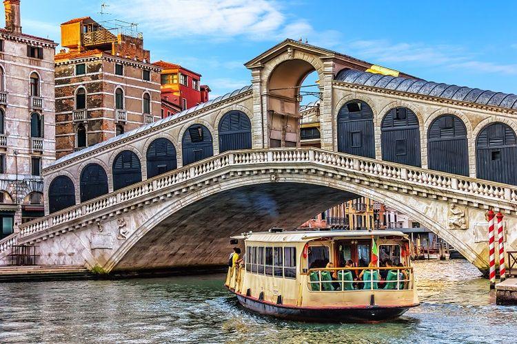 Ilustrasi Italia - Kapal vaporetto atau juga dikenal sebagai bus air.