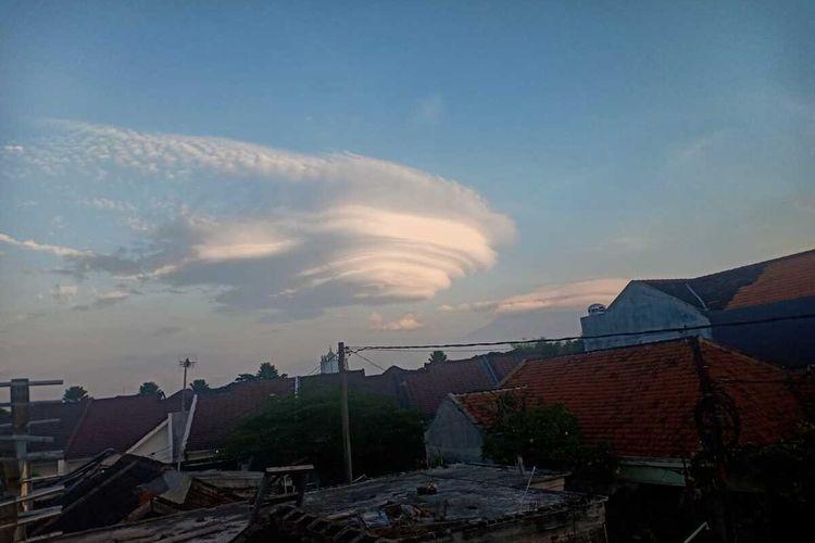 Awan lenticular di sekitar Gunung Arjuno, Kamis (5/11/2020) sekitar pukul 5.30 WIB.