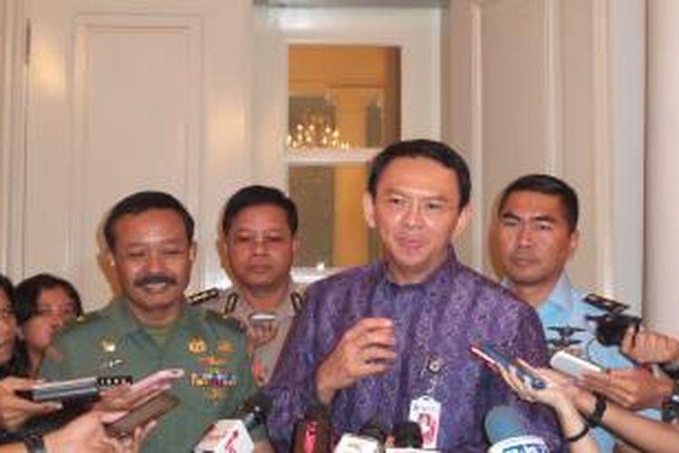 Gubernur DKI Jakarta Basuki Tjahaja Purnama didampingi pejabat perwakilan dari Kodam Jaya, Lanud Halim Perdanakusuma, dan Polda Metro Jaya usai mengadakan pertemuan di Balaikota Jakarta, Kamis (4/12/2014)