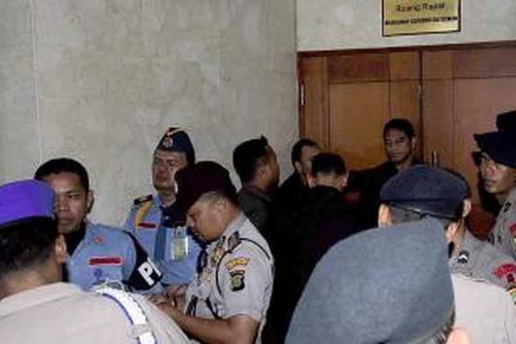 Puluhan Aparat dan Pamdal Jaga Setya Novanto -Puluhan aparat keamanan dan Pamdal DPR RI, terus menjaga pintur masuk ke ruang  Makhamah Kehormatan Dewan (MKD) di gedung Nusantara II MPR/DPR/DPD, Jakarta, Senin (7/12/2015), saat Ketua DPR Setya Novanto di minta keterangannya oleh MKD.
