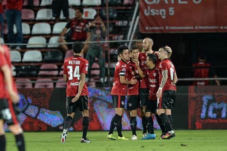 Para pemain Muang Thong United merayakan kemenangan dalam sebuah laga.