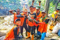 Bersih-bersih Kali, Petugas UPK Badan Air Temukan Lele Setengah Meter