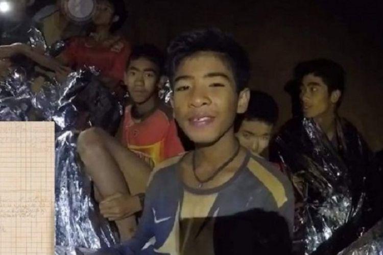 Salah seorang remaja yang terperangkap di dalam Goa Tham Luang di Chiang Rai, Thailand, sejak 23 Juni ketika menyapa keluarganya melalui rekaman yang dirilis oleh otoritas Thailand.
