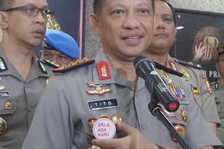 Kapolri Jenderal Pol Tito Karnavian memperlihatkan pin bertuliskan Aman, Ada Kami yang dibuat khusus untuk pengamanan Pilkada DKI Jakarta putaran kedua.