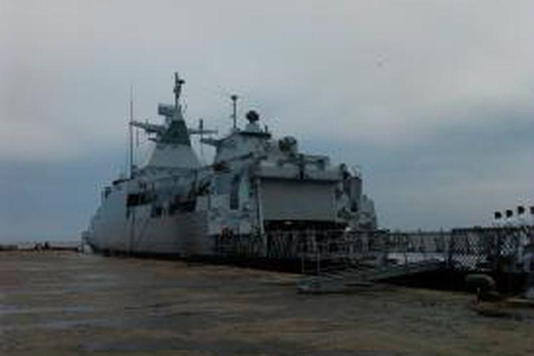 Kapal perang Malaysia KD Perak saaterapat si pelabuhan laut Semayang Balikpapan Kaltim.  KD Perak merupakan kapal jenis corvette dengan kemampuan tempur lengkap. KD perak mampir ke Balikpapan bersama KD Rodak, kapal patroli laut Diraja Malaysia. (K71-12)