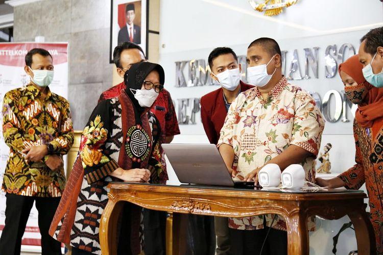 Menteri Sosial (Mensos) Tri Rismaharini saat menerima hibah dari Institut Teknologi Telkom (ITT) Surabaya berupa satu unit Mesin Braile Embosser di Jakarta, pada Jumat (7/5/2021).