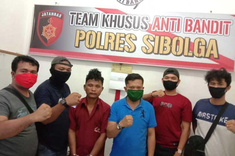 Personel Polres Sibolga usai menangkap RM (38) tersangka yang menganiaya anak kandungnya dan videonya viral di media sosial. RM berhasil ditangkap di Kota Medan setelah sempat kabur saat diperiksa di Mapolres Sibolga, Minggu (26/4/2020)