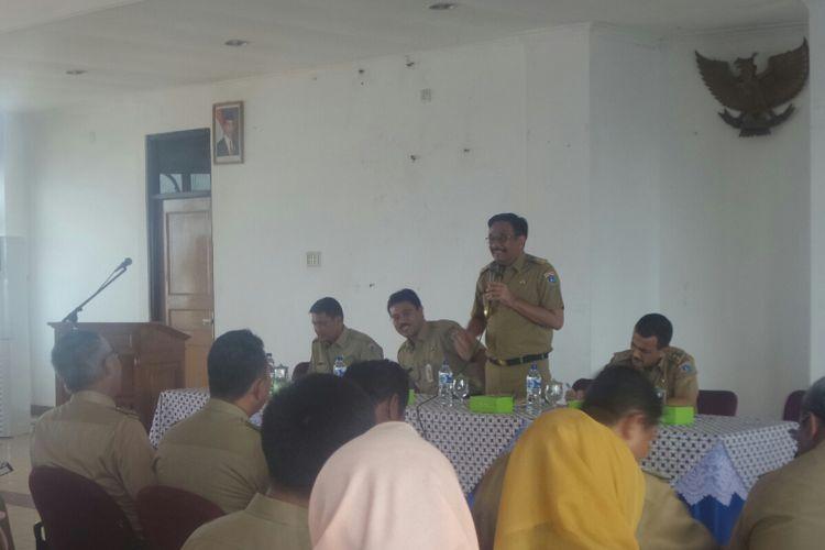 Wakil Gubernur DKI Jakarta Djarot Saiful Hidayat memberi pengarahan kepada para lurah di Kantor Camat Cakung, Jakarta Timur, Senin (18/4/2017).