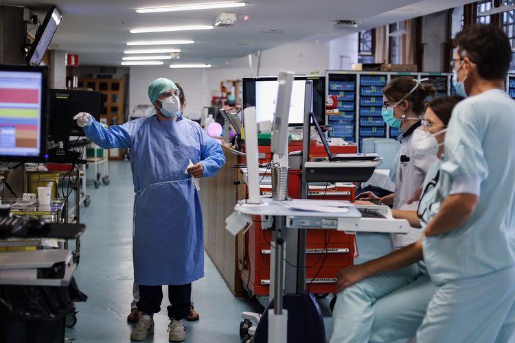 Anggota dari staf medis bekerja di koridor ruang perawatan intensif bagi pasien Covid-19 di Rumah Sakit Universitas Liege, Belgia, pada 22 Oktober 2020. Belgia saat ini adalah negara yang terpukul dengan gelombang kedua Covid-19, di mana saat ini korban meninggal mencpaai 10.539 dari total 11,5 juta populasi.