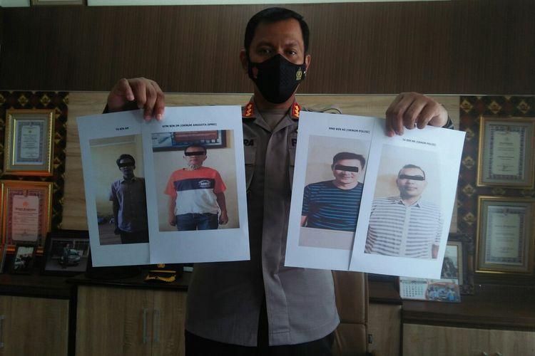 Kabid Humas Polda Lampung Kombes Zahwani Pandra Arsyad menunjukkan empat pelaku perampokan truk kompos yang sudah dilimpahkan. Dua pelaku adalah polisi aktif.