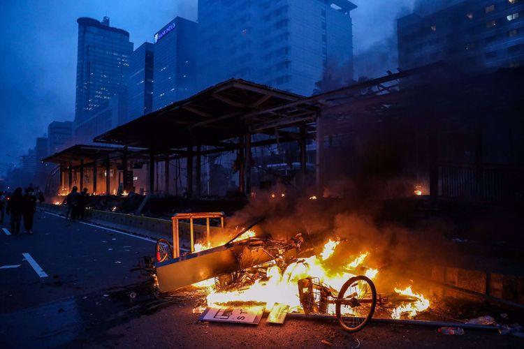 Suasana Halte MRT Bundaran HI yang terbakar di Jalan M.H Thamrin, Jakarta Pusat, Kamis (8/10/2020)