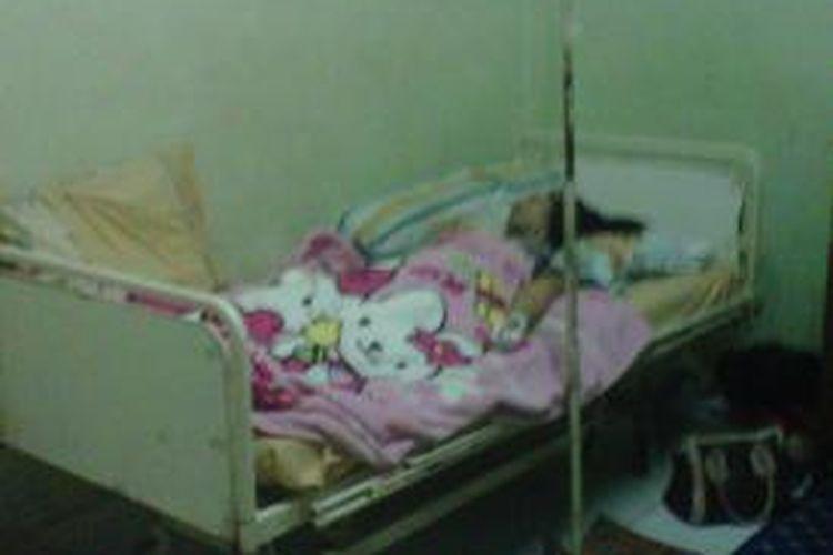Andi Endriana (44) yang menjabat sebagai Wakil Rektor IV Universitas Veteran Republik Indonesia (UVRI) Makassar terbaring di RS Bhayangkara setelah ditikam suaminya, Akbar (38) di rumahnya di Jl Andi Mappaoddang Lr 71 no 81, Selasa (26/11/2013).