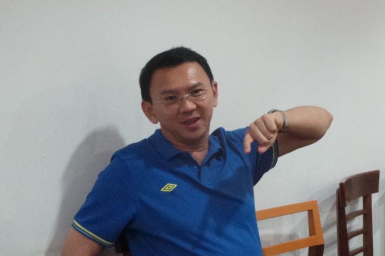 Calon gubernur DKI Jakarta Basuki Tjahaja Purnama atau Ahok saat menjawab pertanyaan awak media di sebuah restoran, di kawasan Pantai Mutiara, Jakarta Utara, Jumat (31/3/2017).