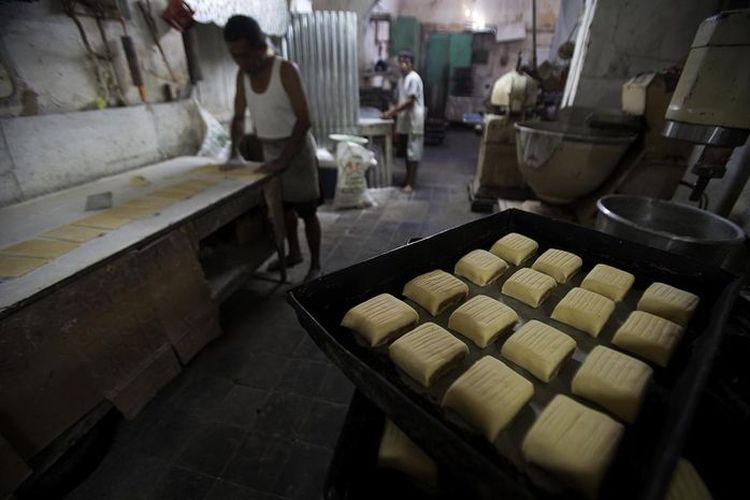 Dapur toko roti Djoen beroperasi setiap hari membuat roti segar. Tiga serangkai personelnya memulai kegiatan meracik, membuat adonan dan memanggang sejak pukul 9 pagi. Setidaknya mereka telah bekerja dan menjadi bagian dari keluarga toko Djoen sejak 40 tahun silam.